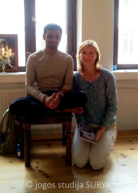 Aštanga joga mokytojas R. Sharath Jois su Inga Surya